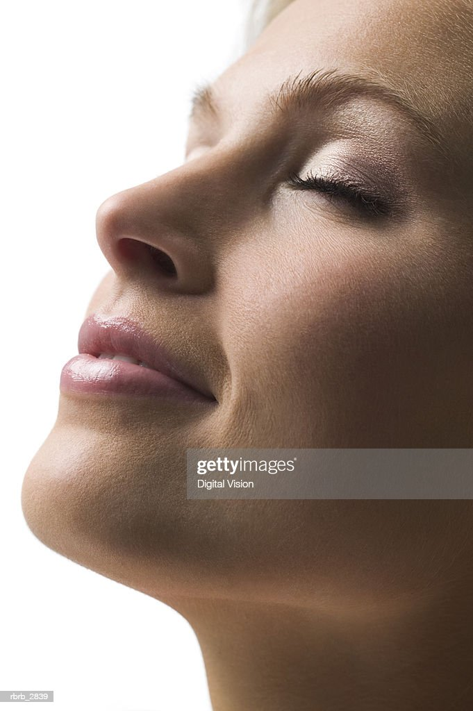 Side profile of a young woman with her eyes closed : Foto de stock