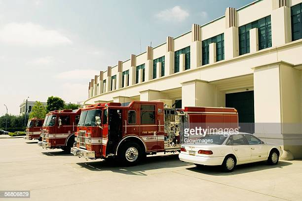 side profile of fire engines at a fire department, beverly hills fire department, los angeles, california, usa - carro de bombeiro - fotografias e filmes do acervo