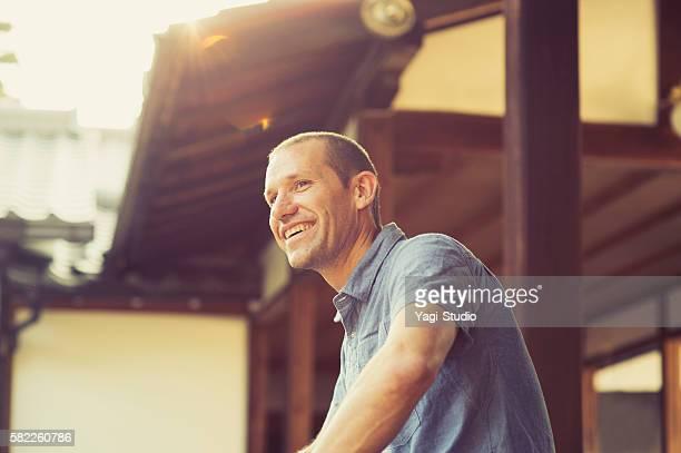 サイドショットの男性は、日本の寺