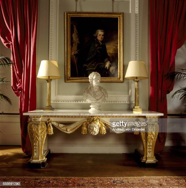 side table in the gallery, incorporating a mask of hercules in the centre and lions' pelts carved in - século xviii - fotografias e filmes do acervo