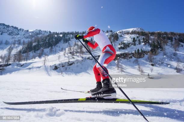 zijaanzicht langlaufer schaatsen op de rails - kampioenschap stockfoto's en -beelden