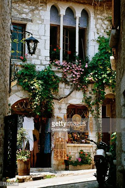 side view of a local shop, st. paul de vence, france - サンポールドヴァンス ストックフォトと画像