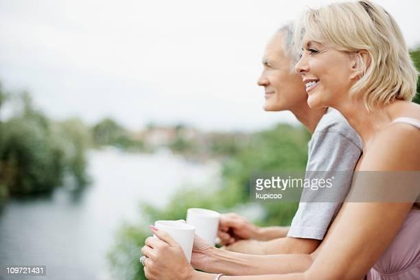 サイドの眺めを、熟年カップルコーヒーカップの屋外