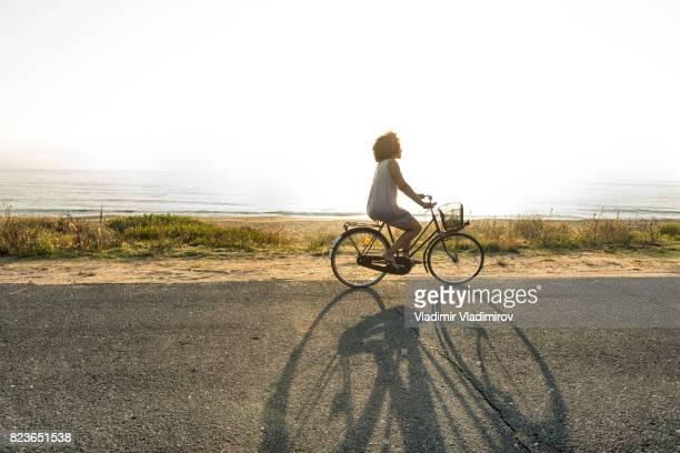 Seitenansicht der Afrikanerin Radfahren am Meer