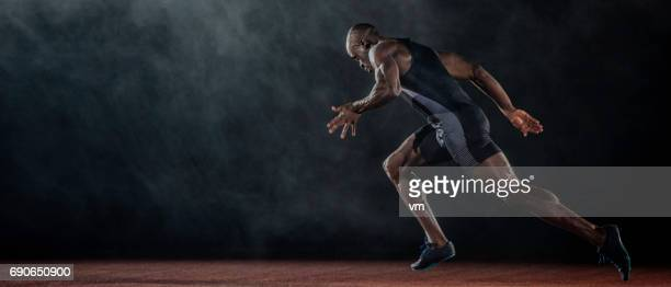 アフリカ系アメリカ人のランナーの側面図 - 陸上競技大会 ストックフォトと画像
