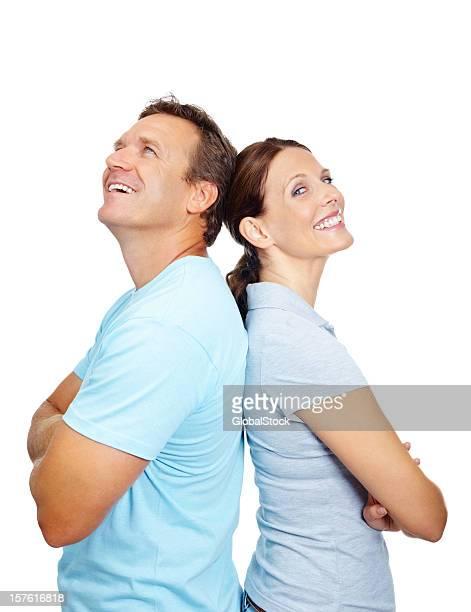Vue de côté de couple avec les mains croisées aganist fond blanc