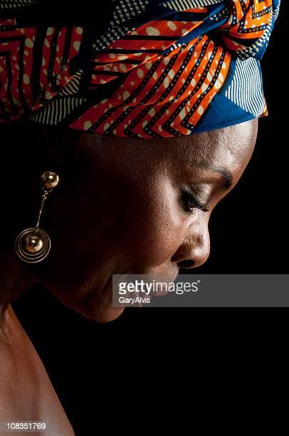 Seitenansicht des typisch afrikanische Frau in traditioneller Kopfbedeckungen