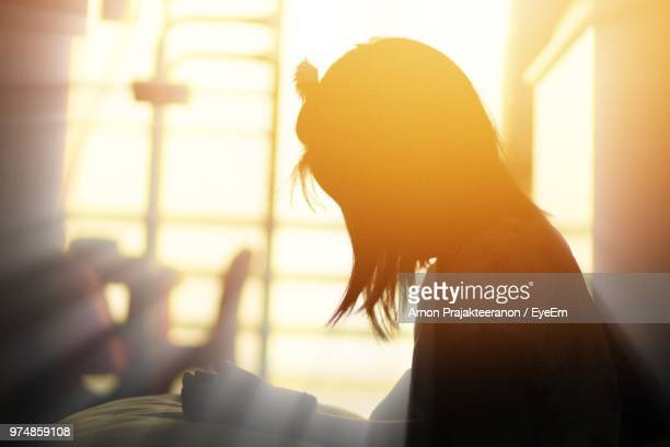 side view of girl at hospital - girl in hospital bed sick stock photos and pictures