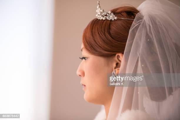 幸せな花嫁の側面図