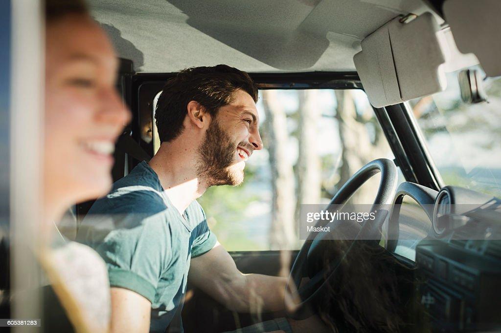 Side view of happy couple enjoying road trip : Foto de stock