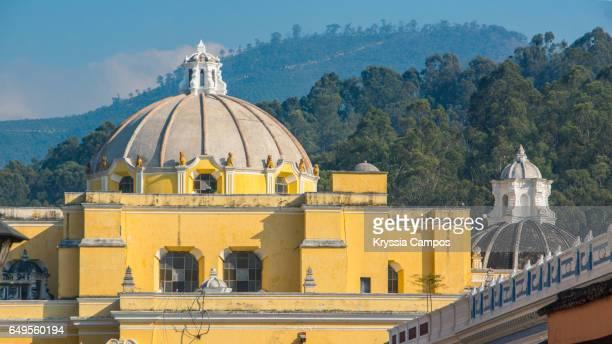 side view of la merced church, antigua, guatemala - domo fotografías e imágenes de stock