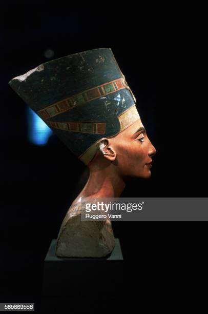 side view of limestone bust of queen nefertiti - nefertiti stock pictures, royalty-free photos & images