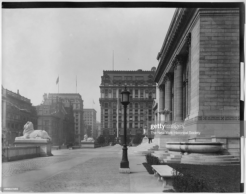 Side View Of Lion Statues & Facade Of The New York Public Library : Photo d'actualité