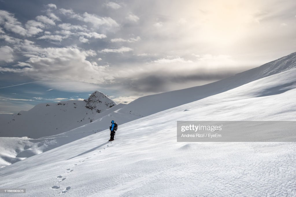 Side View Of Man Skiing On Snowcapped Mountains Against Sky : Foto stock