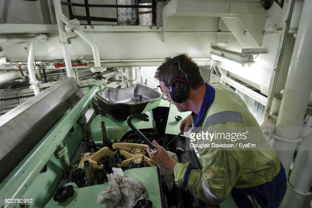 side view of man working in factory - noord holland stockfoto's en -beelden