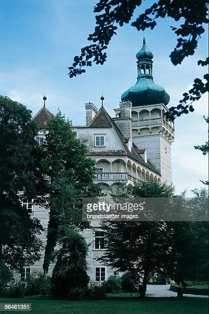 Side view of Pottenbrunn Castle with surrounding open gallery in the upper floor Photography 2000 [Seitenansicht von Schloss Pottenbrunn mit...