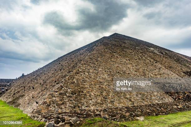 side view of pyramid of the sun, teotihuacan - ken ilio stock photos and pictures