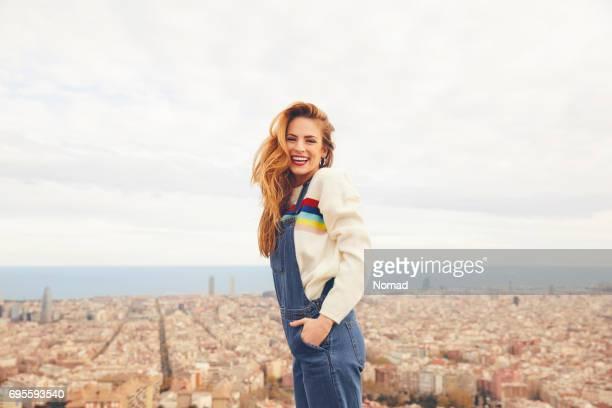 vista lateral de la sonriente mujer contra el paisaje urbano - encuadre de tres cuartos fotografías e imágenes de stock