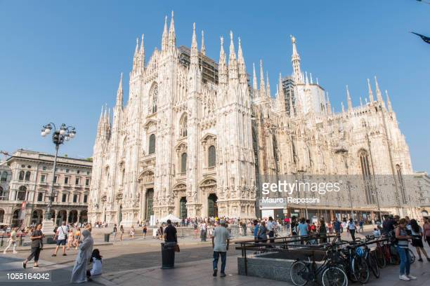 side view of the milan cathedral (duomo di milano) at milan city, italy. - cathedral stock pictures, royalty-free photos & images