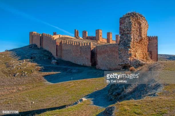 side view of the molina de aragon castle on a cold frosty morning. - aragon fotografías e imágenes de stock
