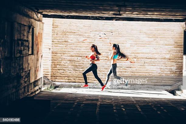 Seite Blick auf zwei jungen sportlichen Lauf