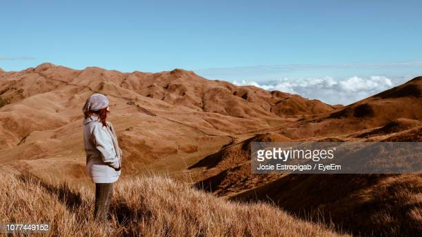 side view of woman standing on desert against sky - josie photos et images de collection