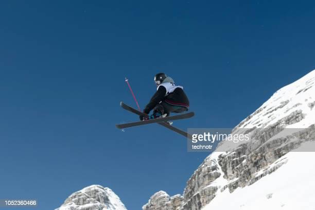 大きな空気の練習若いフリー スタイル スキーヤーの側面図