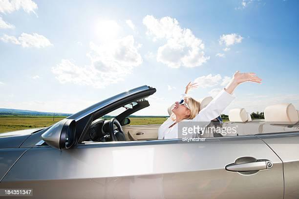 Vista lateral del joven mujer conducir un vehículo.