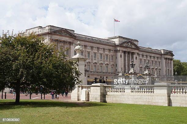 side view on buckingham palace, london, united kingdom - 1910 stock pictures, royalty-free photos & images