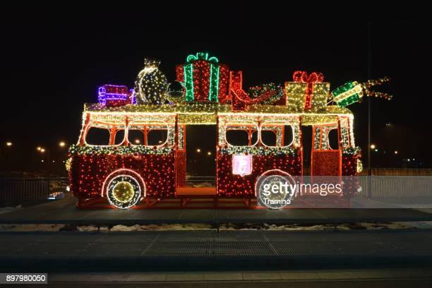 vue de côté sur le modèle de bus dans les lumières de noël - pere noel voiture photos et images de collection