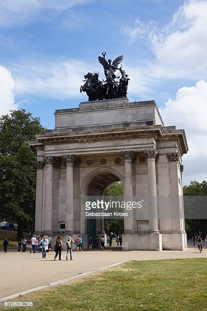 side view on the wellington arch, people, london, united kingdom - 1910 stock pictures, royalty-free photos & images