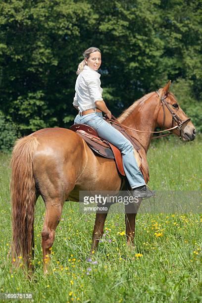 側面に座る女性の馬