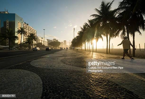 sidewalk and copacabana beach at dawn, rio de janeiro, brazil - calçada - fotografias e filmes do acervo