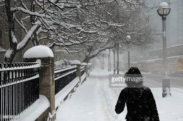 歩道に雪で覆われた