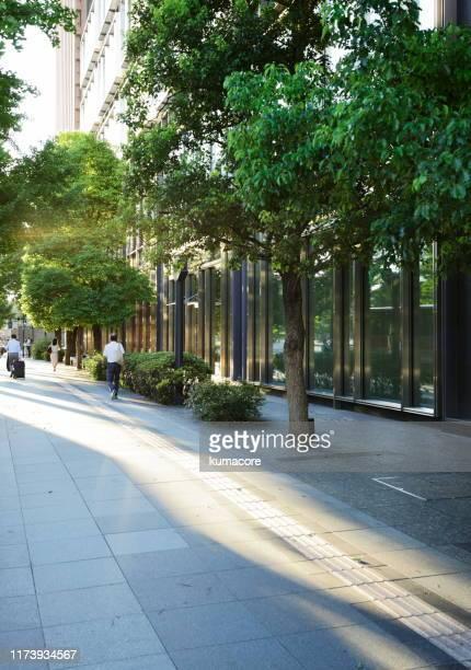 sidewalk of office buildings - 丸の内 ストックフォトと画像