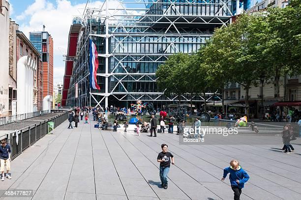 gehweg blick auf das stadtzentrum von paris in frankreich - centre georges pompidou stock-fotos und bilder