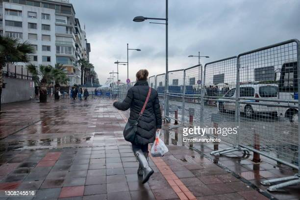 sidewalk with security fence along the seaside in izmir. - emreturanphoto stock pictures, royalty-free photos & images