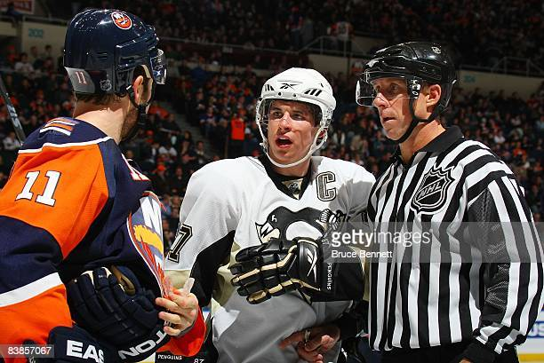 Sidney Crosby of the Pittsburgh Penguins skates against Andy Hilbert of the New York Islanders on November 26 2008 at the Nassau Coliseum in...