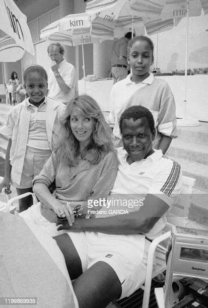 Sidney Poitier avec sa femme Joanna Shimkus et leurs enfants à Monte Carlo le 26 juin 1983, Monaco.