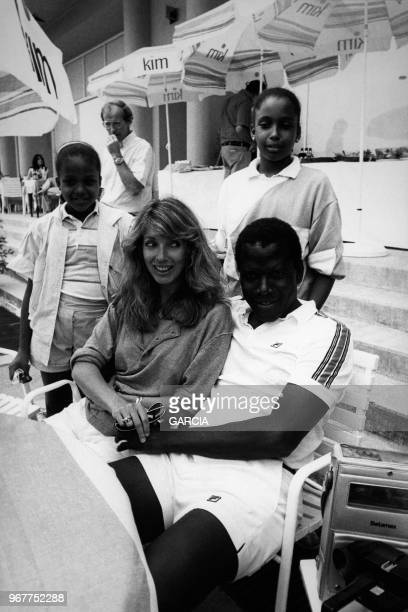 Sidney Poitier entouré de sa femme et ses filles au tournoi de tennis de Monte Carlo le 26 juin 1983 à Monaco.