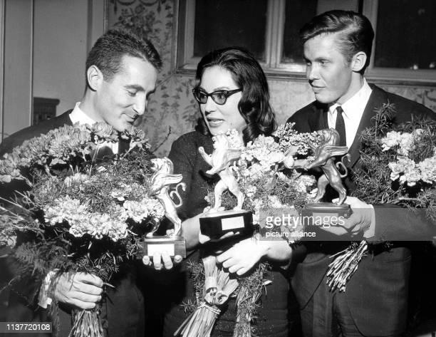 """Sie Sieger der """"Löwen""""-Verleihung des Senders Radio Luxemburg am 13. März 1962 in Bad Soden : Freddy Quinn , Nana Mouskouri und Peter Kraus .   usage..."""