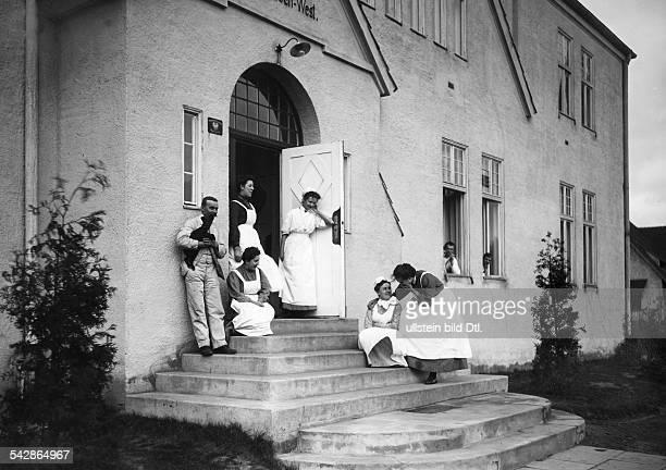 Siedlung Neu Zabikowo in der ProvinzPosen Krankenschwestern auf der Treppe des Vereinshauses desVaterländischen Frauenvereins 1910Foto Hünich...