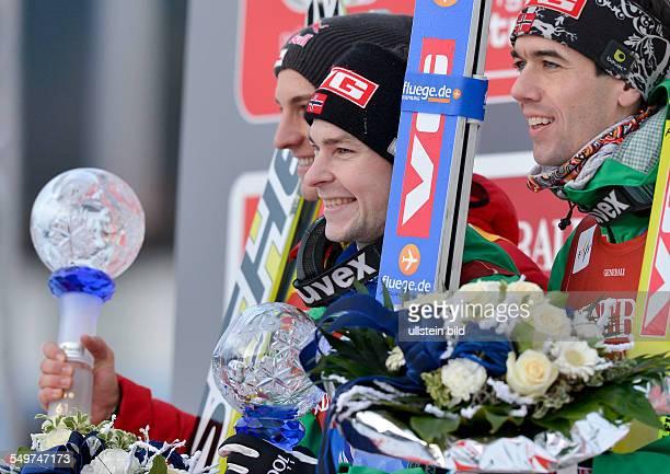 Sieger Anders Jacobsen grinst auf dem Podium waehrend dem FIS Skispringen Weltcup bei der 61 Vierschanzentournee am 1 Januar 2013 in Garmisch...