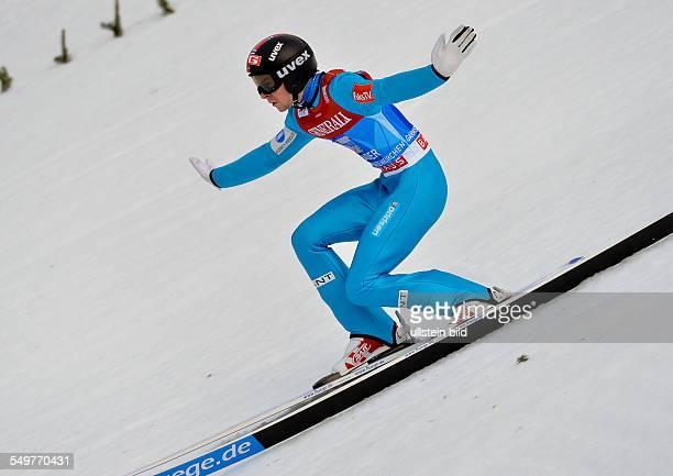Sieger Anders Jacobsen landet im Telemark waehrend dem FIS Skispringen Weltcup bei der 61 Vierschanzentournee am 1 Januar 2013 in Garmisch...