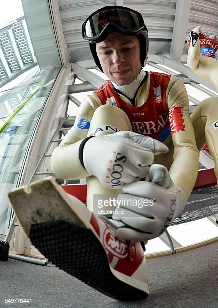 Sieger Anders Jacobsen schnürt sich die Schuhe im Warteraum waehrend dem FIS Skispringen Weltcup bei der 61 Vierschanzentournee am 1 Januar 2013 in...