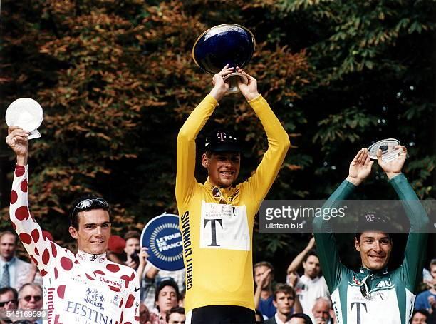Siegerehrung der Gesamtwertung in Paris, auf dem Podium jubeln v.l.n.r.: Richard Virenque Jan Ullrich im Gelben Trikot Marco Pantani