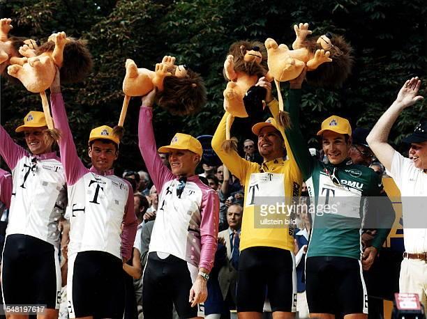 Siegerehrung der Teamwertung in Paris, Sieger Team Deutsche Telekom, v.l.n.r.: Rolf Aldag, Udo Bölts, Jens Heppner, Jan Ullrich im Gelben Trikoit,...