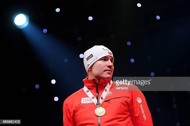 Siegerehrung Emil Hegle SVENDSEN NOR Norway Norwegen mit Goldmedaille Verfolgungsrennen Rennen 125 km Männer Herren Pursuit men IBU Biathlon...
