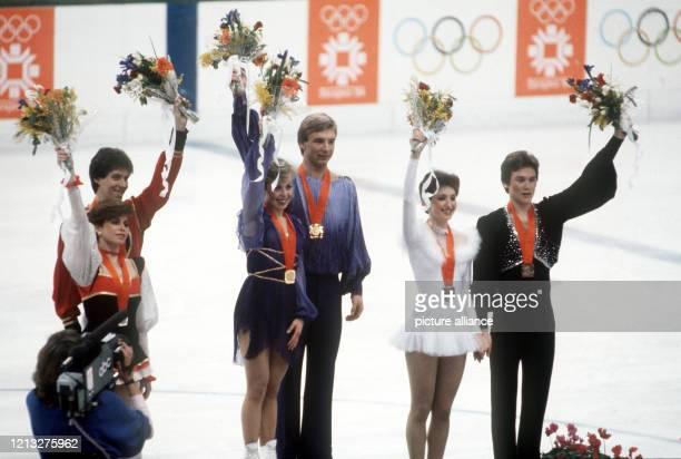 Siegerehrung für die besten Eistänzer bei den Olympischen Winterspielen am in Sarajevo Das britische Paar Jayne Torvill und Christopher Dean...