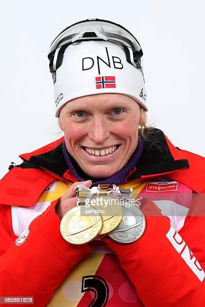 Siegerehrung Tora BERGER NOR Norwegen mit der 2 Goldmaillen und einer Silbermedaille Verfolgungsrennen Rennen 10 km Frauen Damen Pursuit women IBU...